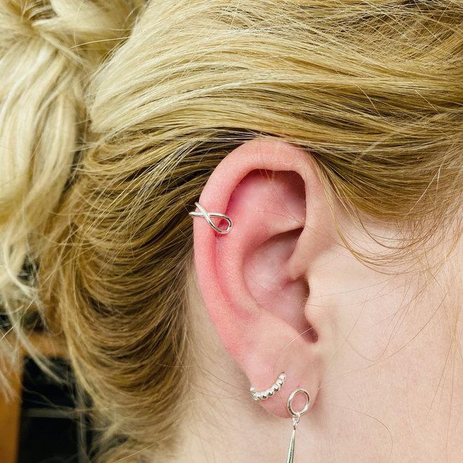 Zilveren infinity wire cross ear cuff