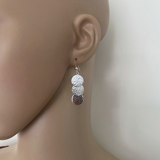 Zilveren hammered circle oorhangers