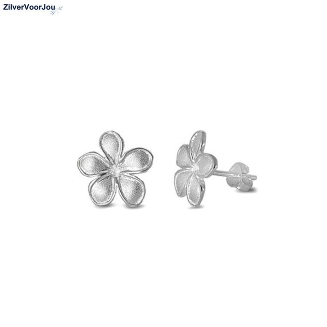 Mat zilveren bloem oorstekers