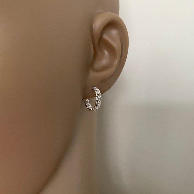 Zilveren kabel steek oorringen