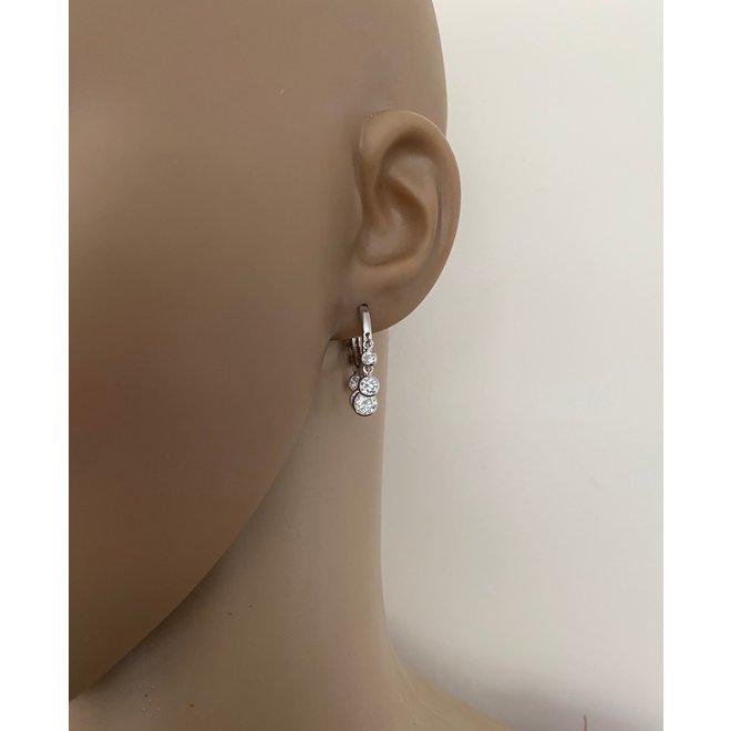 Zilveren huggie oorringen met 6 witte zirkoon bedels