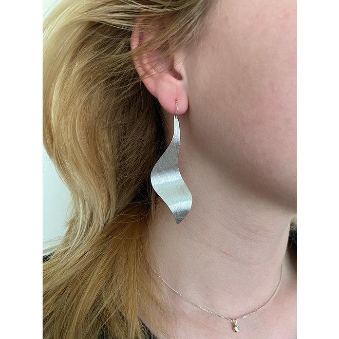 Zilveren brushed design grote haak oorbellen