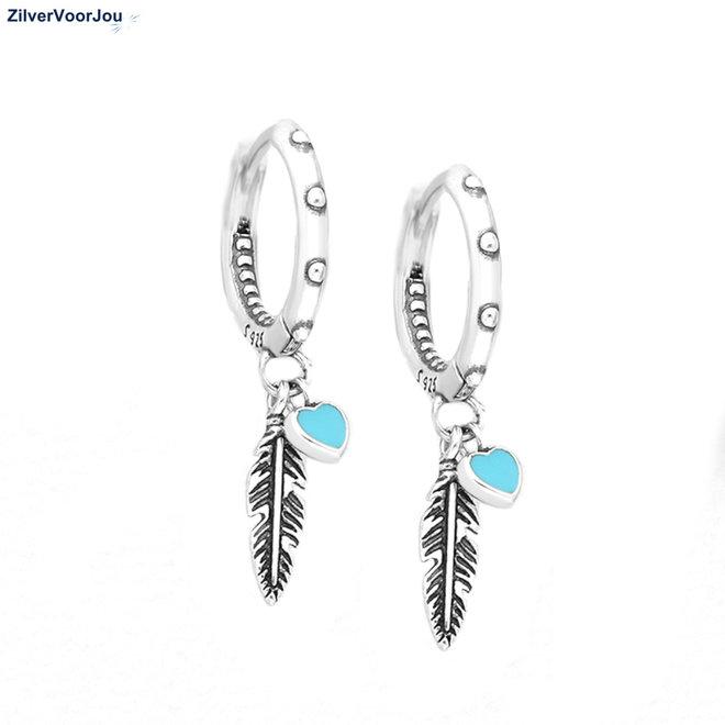 Zilveren huggie oorring feather blue heart