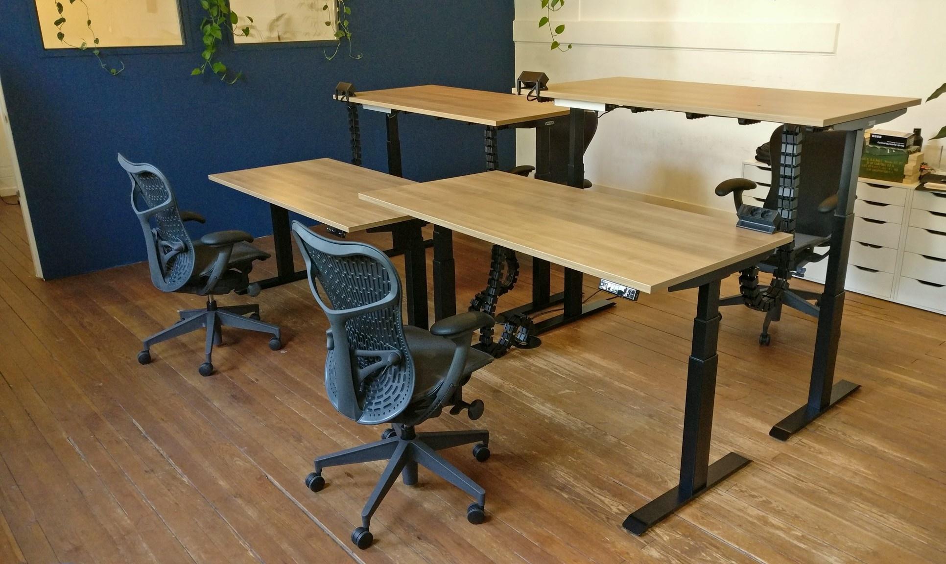 Nieuwe kantoorinrichting met zit-sta bureaus