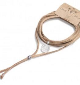 Love Ibiza Een suede touwtje met een silver plated bedel en kraaltjes.