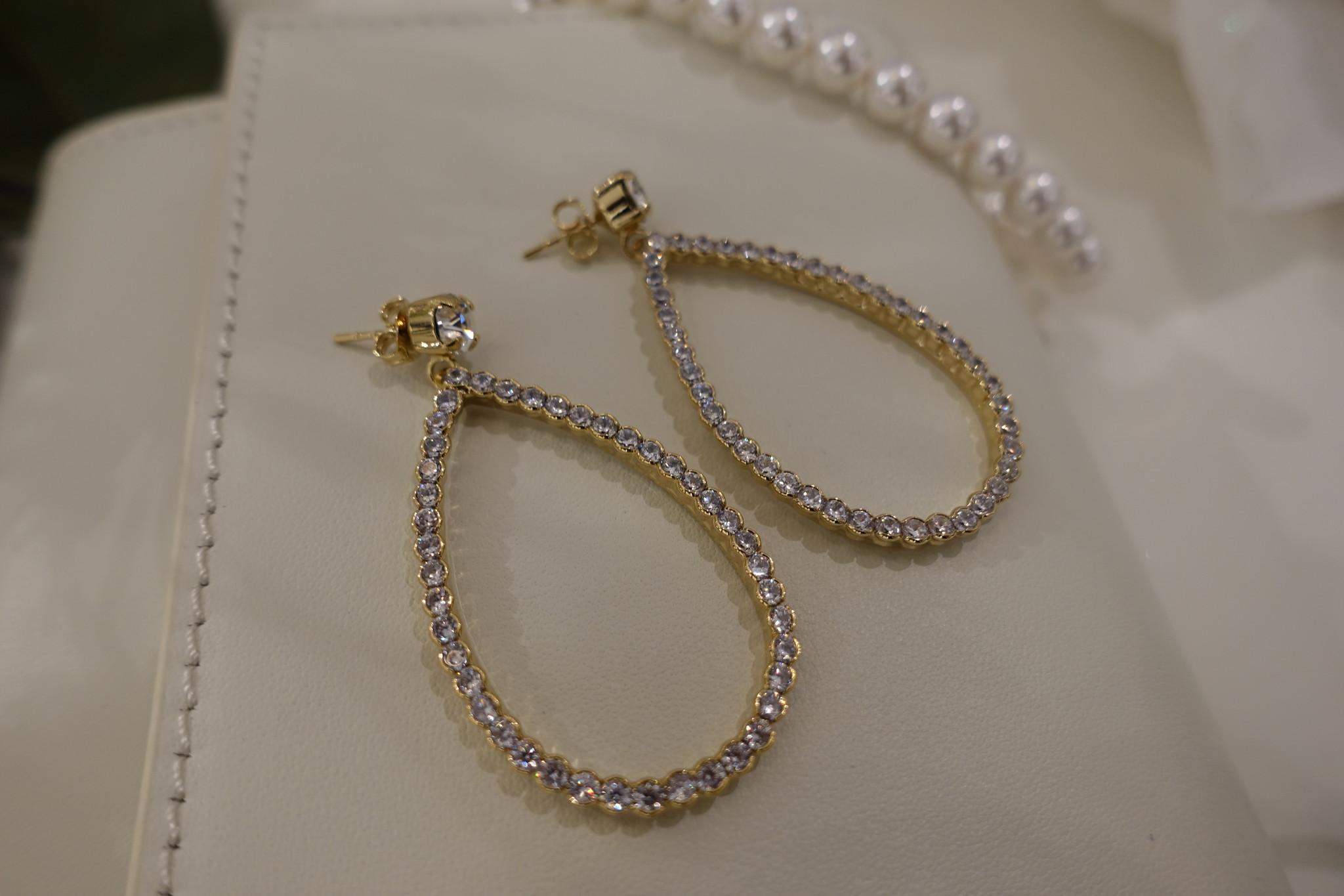 Gouden hanger in druppelvorm met diamantjes-1