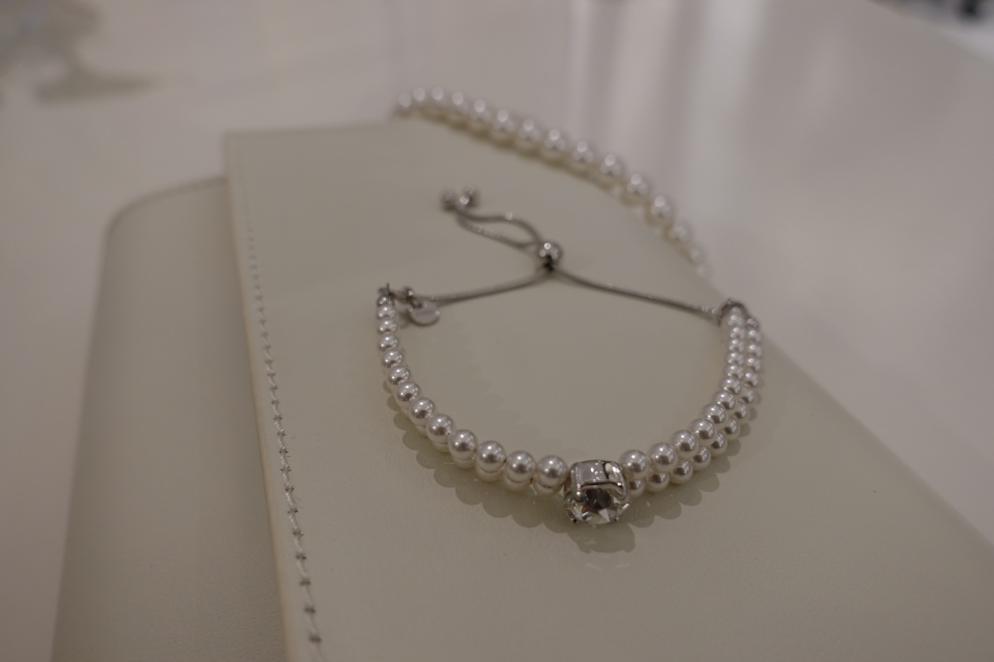 Dubbele parel armband met steentje-1