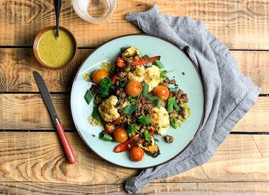 Gepofte courgette met rundergehakt, gekleurde groenten en chimichurri