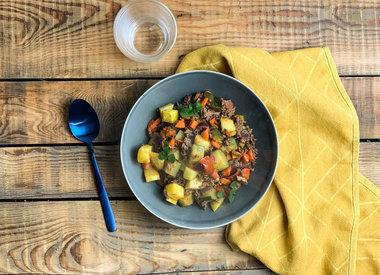Een stoof van droge worst, varkensgehakt en geroosterde groenten