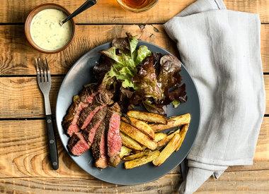 Biefstuk met frites, sla en yoghurtdip