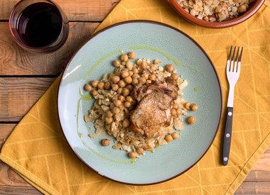 Kip met bloemkoolrijst, kikkererwten, feta en amandelen