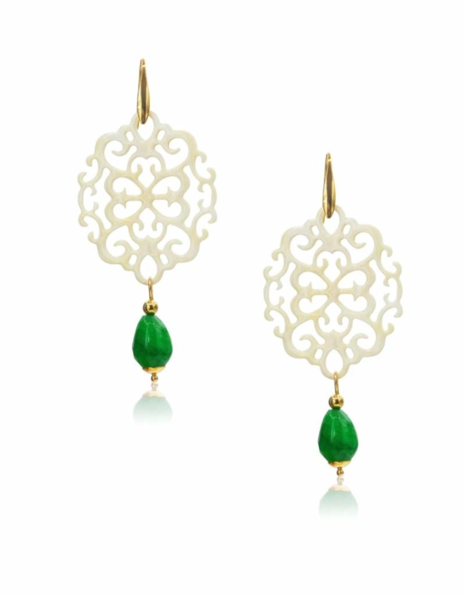 Laila oorbellen van licht naturel buffelhoorn en druppel van groene jade
