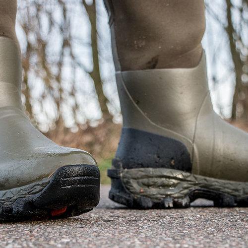 Schoenen en natuur rubberen laarzen