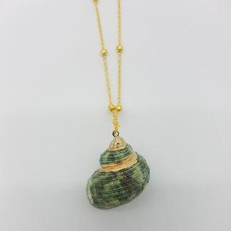 Gouden ketting met groene schelp