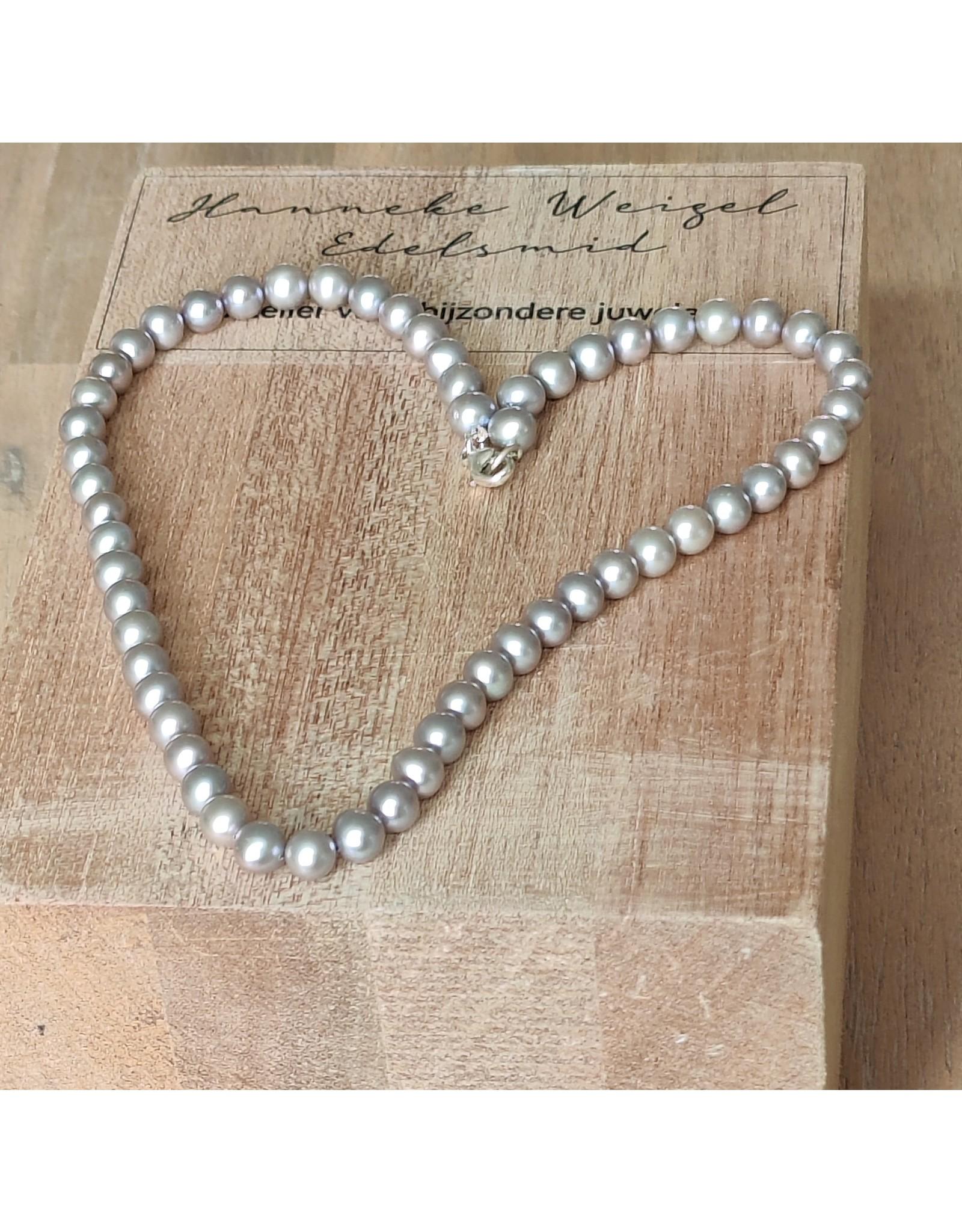 Handmade by Hanneke Weigel Pearl necklace grey tones round 7.0-7.5mm
