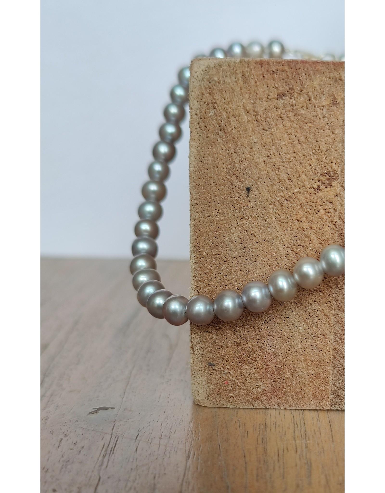 Handmade by Hanneke Weigel Pearl necklace grey tones  6,5-7.0mm