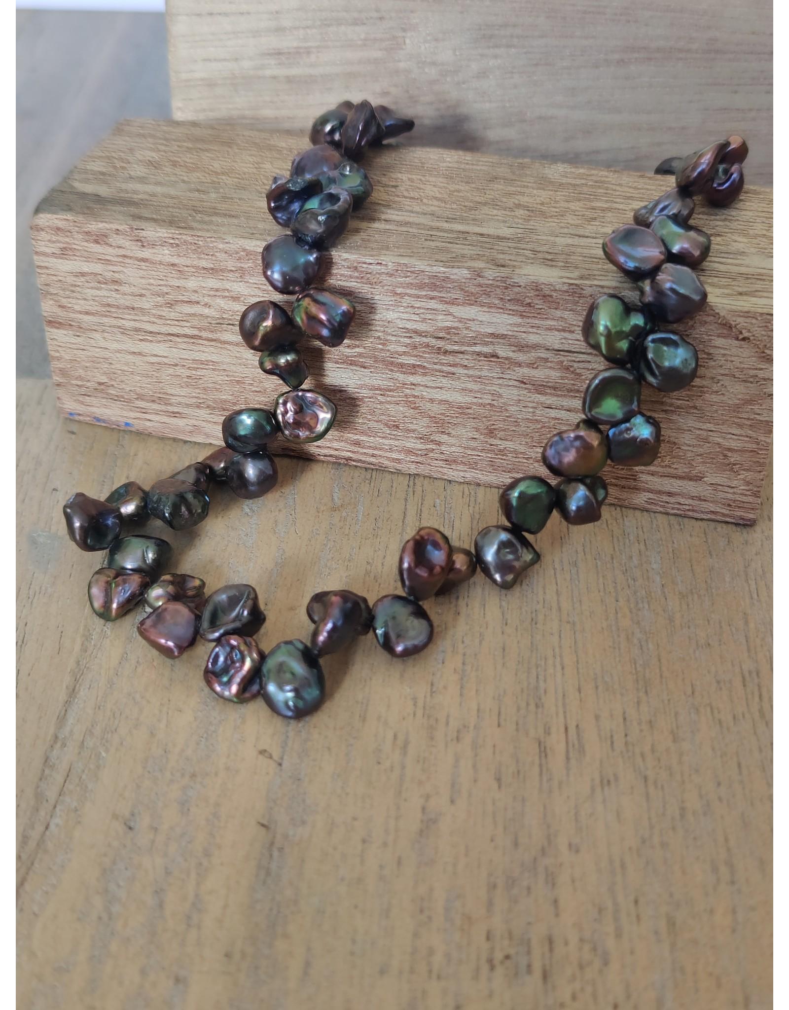 Handmade by Hanneke Weigel Pearl necklace Keshi pearls peacock