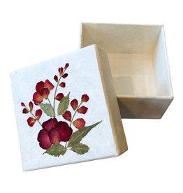 TH192  Doosje van mulberry papier met een bloem decoratie