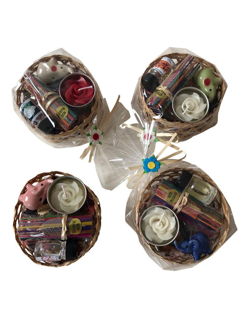 Korb mit getrockneten Blumen und Weihrauch