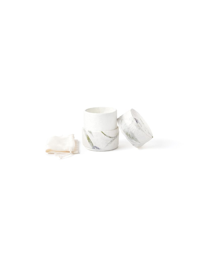 . Urne écologique recouverte de papier naturel