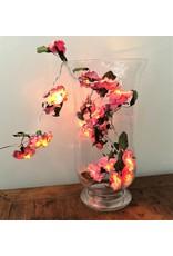 Lichterkette von Blumen aus Papier.