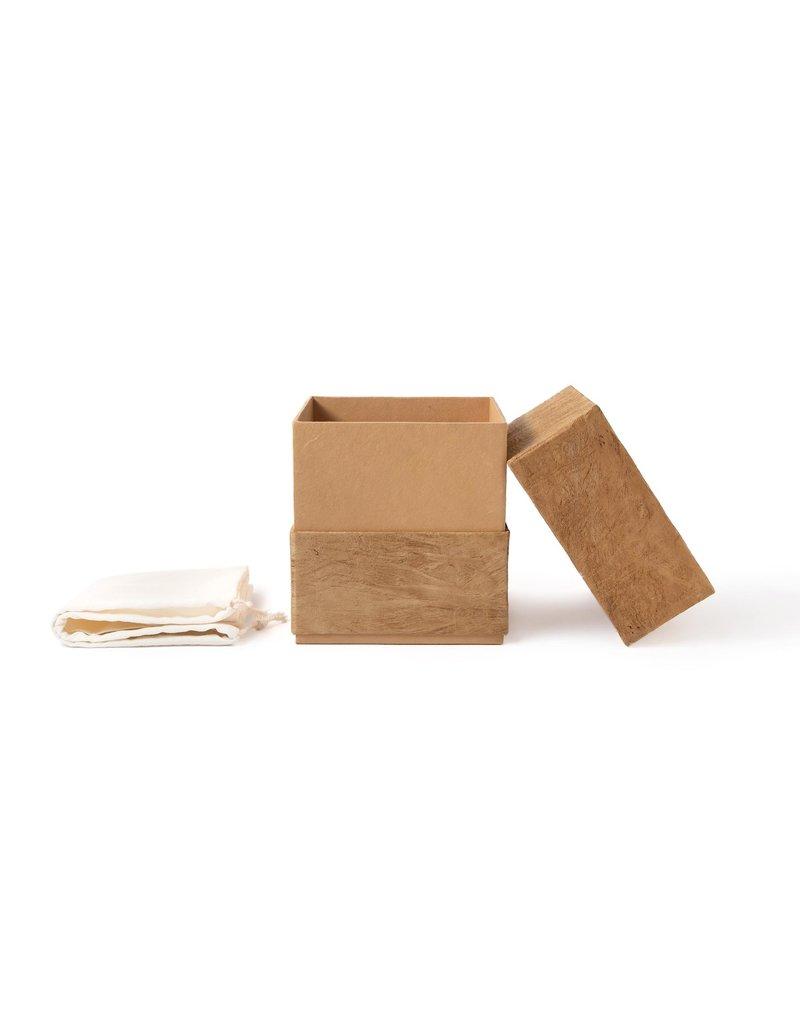 . Urne en forme de cube garnie d'écorce de mûrier