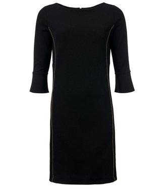 c7202e68126716 Michelle - Zwarte jurk met gouden tape en een 3 4 mouw