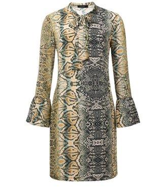 1083019a8d7d81 Micky - Slangenprint jurk met een strik op de ronde hals