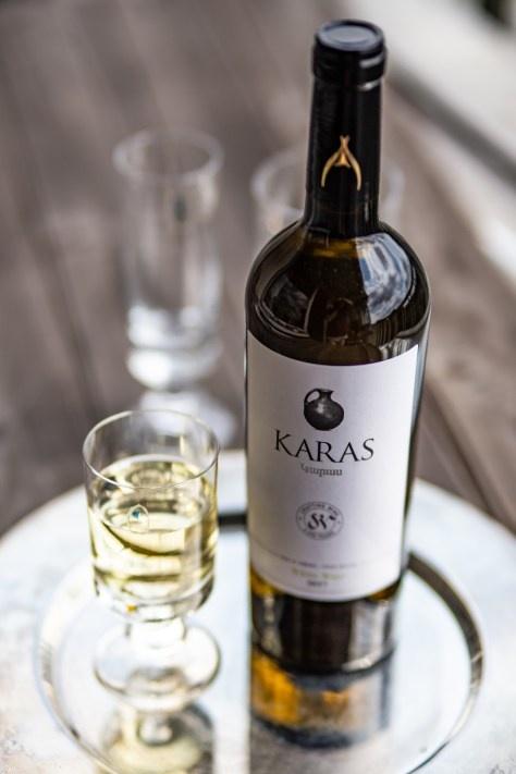 Karas met wijnglas