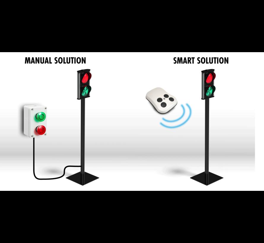 Verkeerslicht voor toegang winkels en warenhuizen. met draadloze afstandsbediening. Iedere keer u op de knop drukt verandert het licht van rood naar groen.