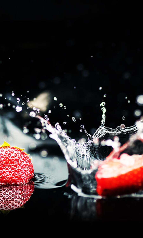 Des fruits rouges dans l'eau