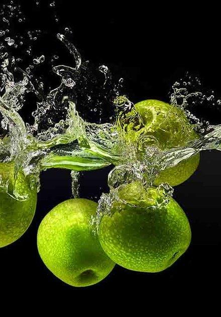 Splashing apples