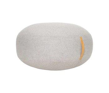 Hubsch Puf de lana gris con asa de cuero.