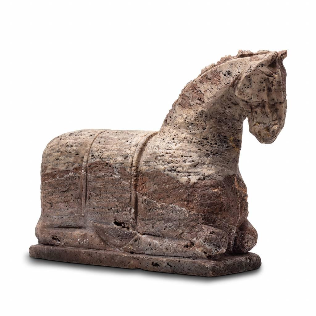 black and gold knieendes Pferd