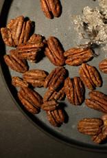 Pekan mit karamellisiertem Ahornsirup, Zimt und Kardamom