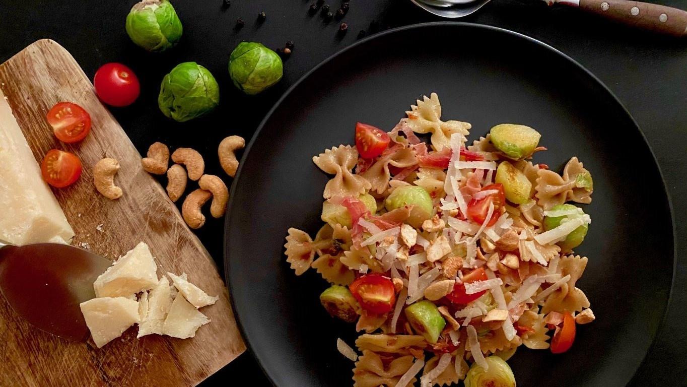 Pasta mit Rosenkohl und Cashews Schwarzwälder Schinken