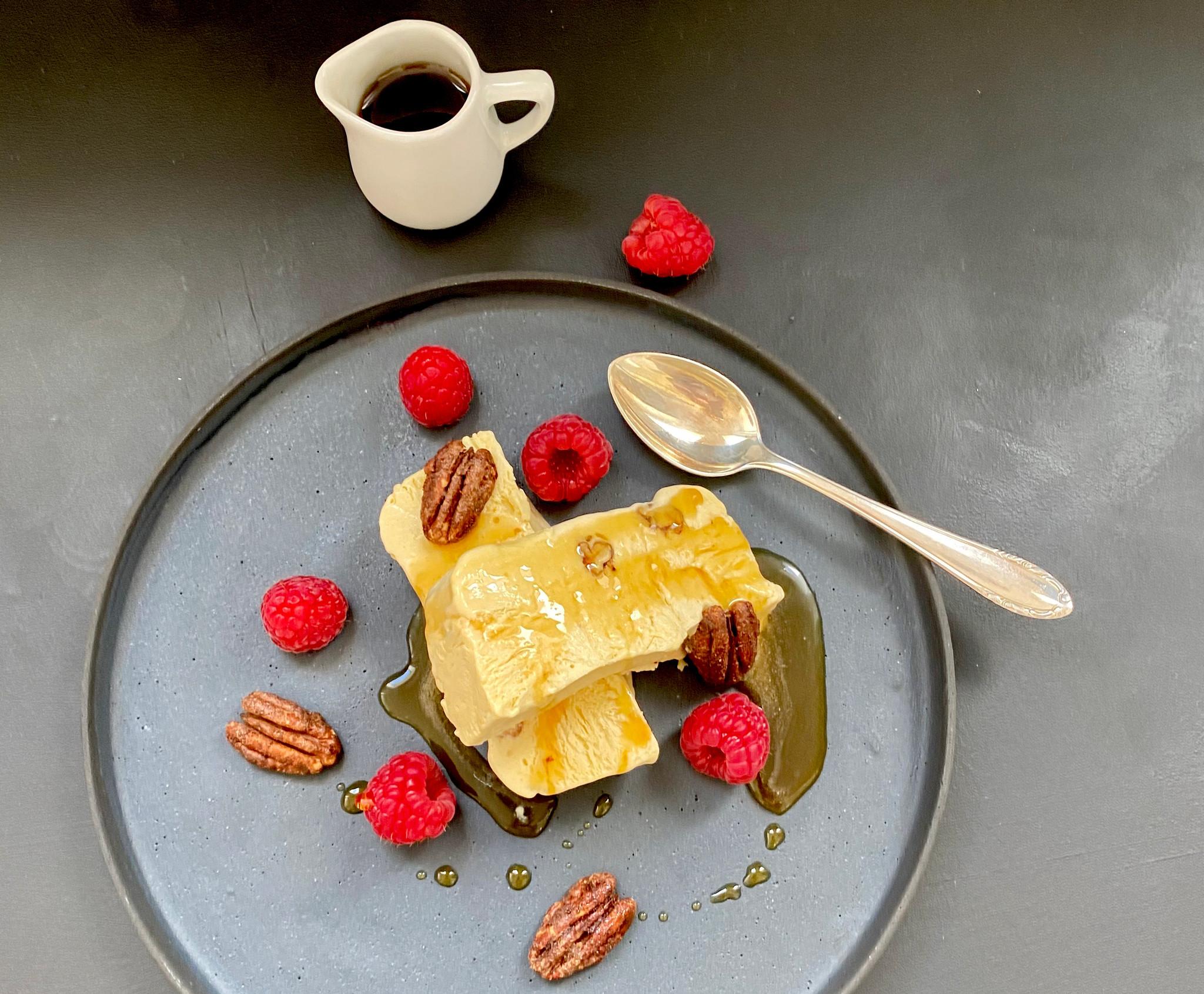 Parfait mit Ahornsirup und Pekannüssen