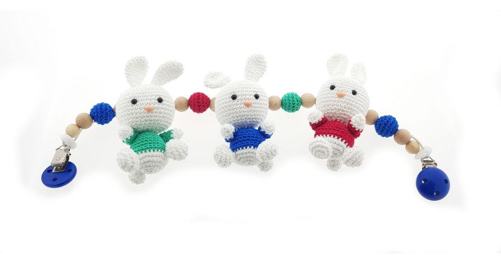Maak deze leuke Wagenspanner met konijntjes met het gratis haakpatroon