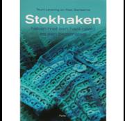 Uitgeverij Stokhaken - haken met een haaknaald en een bezemsteel