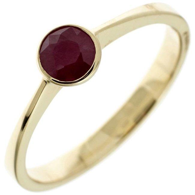 Gouden ring (333) met donker rode robijn
