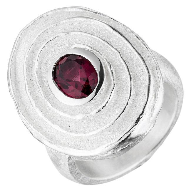 Gematteerde zilveren ring met rode rhodoliet edelsteen