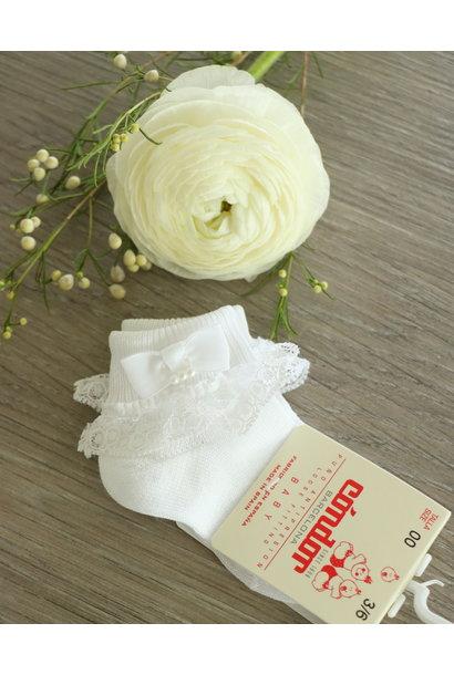 Witte enkelsokjes met kant en een pareltje