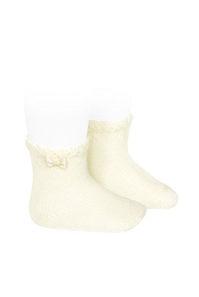 Korte Babykousjes met opengewerkte manchet en kleine strik CAVA