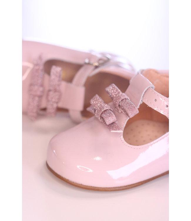 Prachtig schoentje met twee fijne strikjes vooraan