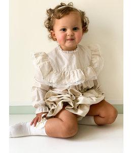 Zandkleurige blouse met frulletjes en gouden stippen