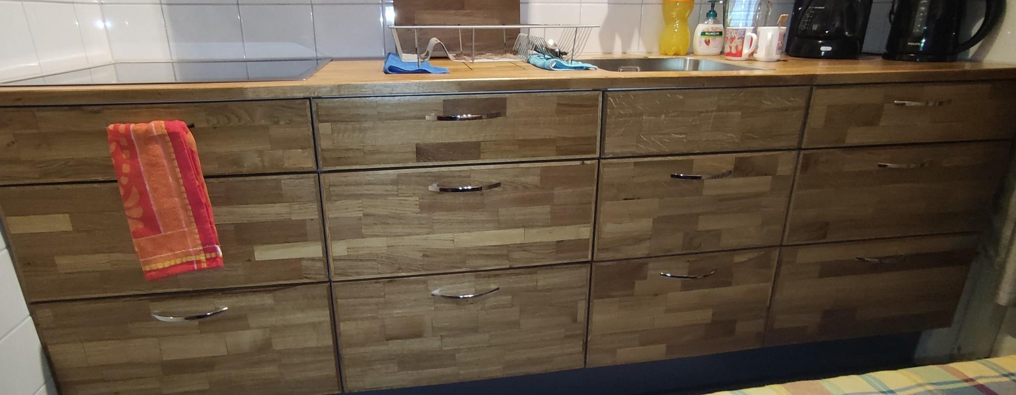 Keukenkastjes belegd met hout