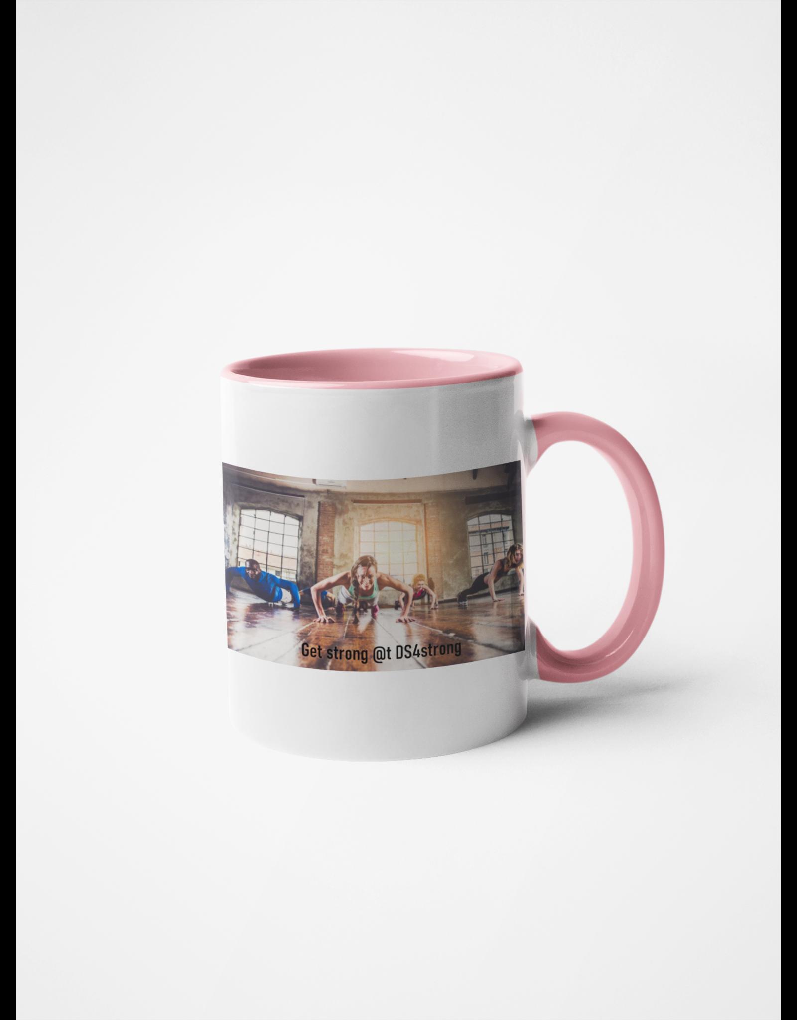 Mok met roze gekleurde binnenkant en handvat