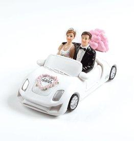 Brautpaar mit Auto