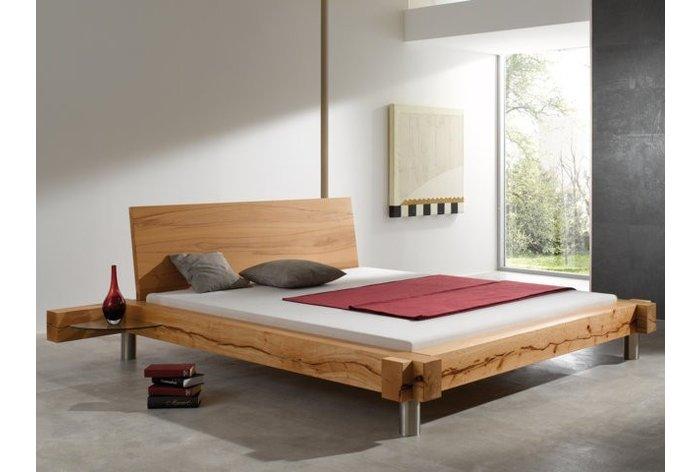 Balkenbed Appenzell II (hout: kernbeuken) in de slaapkamer