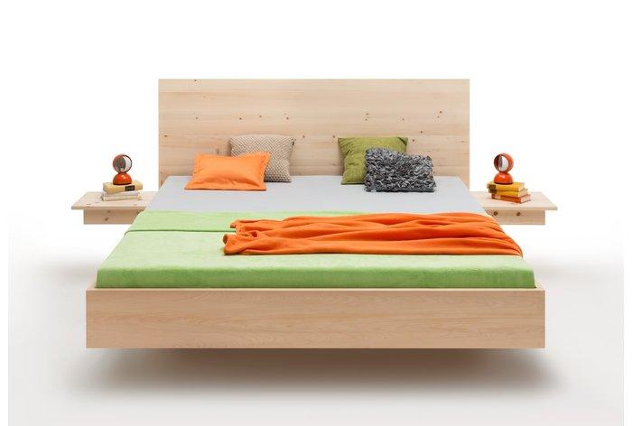 Vooraanzicht bed Toblach (hout: zirben) in zwevende constructie
